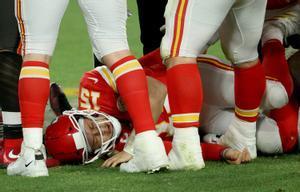 Patrick Mohomes, estrella de Kansas City, yace sobre el césped, víctima de la defensa de Tampa.