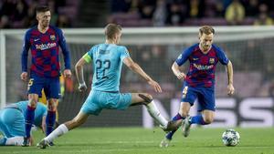 Rakitic esquiva a Soucek en el Barça-Slavia del Camp Nou.