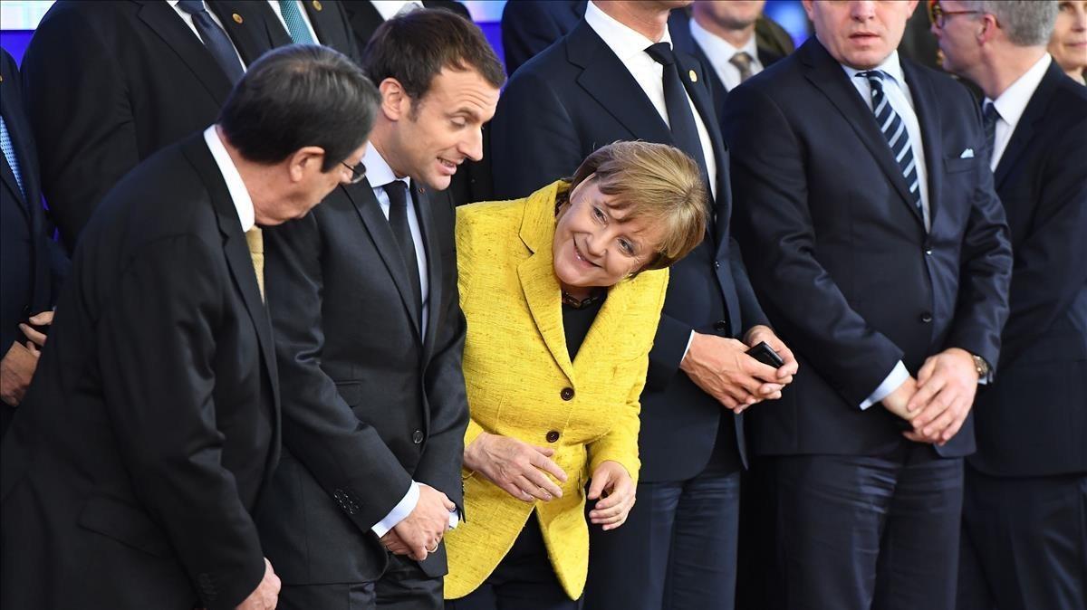 El presidente de Chipre, Nicos Anastasiades (izquierda), el francés, Emmanuel Macron, y la cancillera alemana, Angela Merkel, en la cumbre europea de Bruselas.