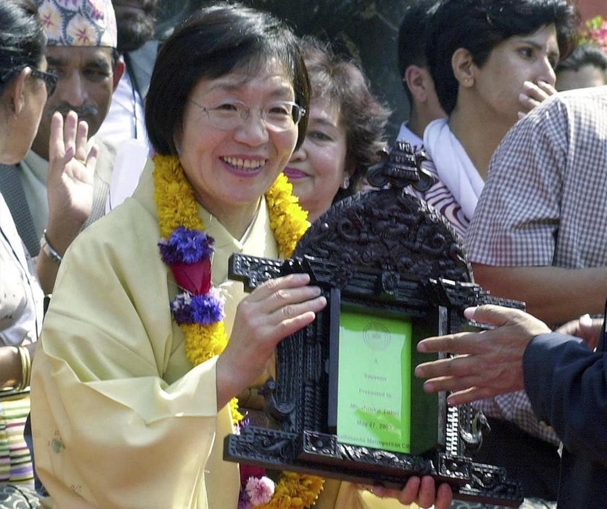 Tabei recibe un galardón en Katmandú en el 2003.