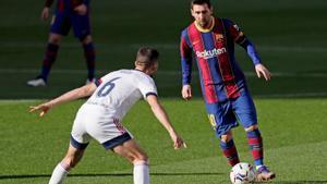 Leo Messi encara a un defensor en el partido de ida.