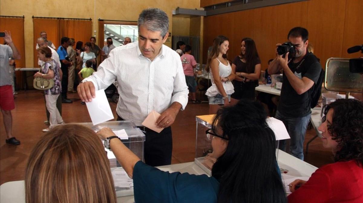 El cabeza de lista de CDC por Barcelona, Frasncesc Homs, votando en Taradell (Osona).