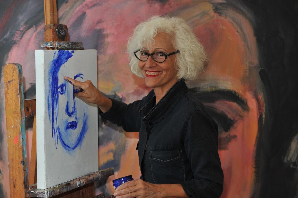 La ilustradora Carme Solé Vendrell pintandoun cuadro de 'Why?'.