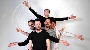 El grupo catalán interpreta 'De moment'.
