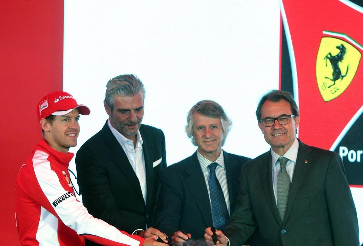 El piloto aleman de Formula 1 Sebastian Vettel;el presidente de Ferrari, Maurizio Arrivabene el presidente de PortAventura Resort Arturo Mas-Sarda; y el presidente de la Generalitat Artur Mas durante la colocacion de la primera piedra del proyecto de Ferrari Land en mayo del 2015.