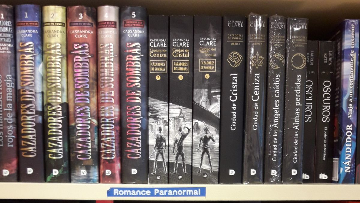 Anaquel de libros con el epígrafe 'Romance paranormal'.