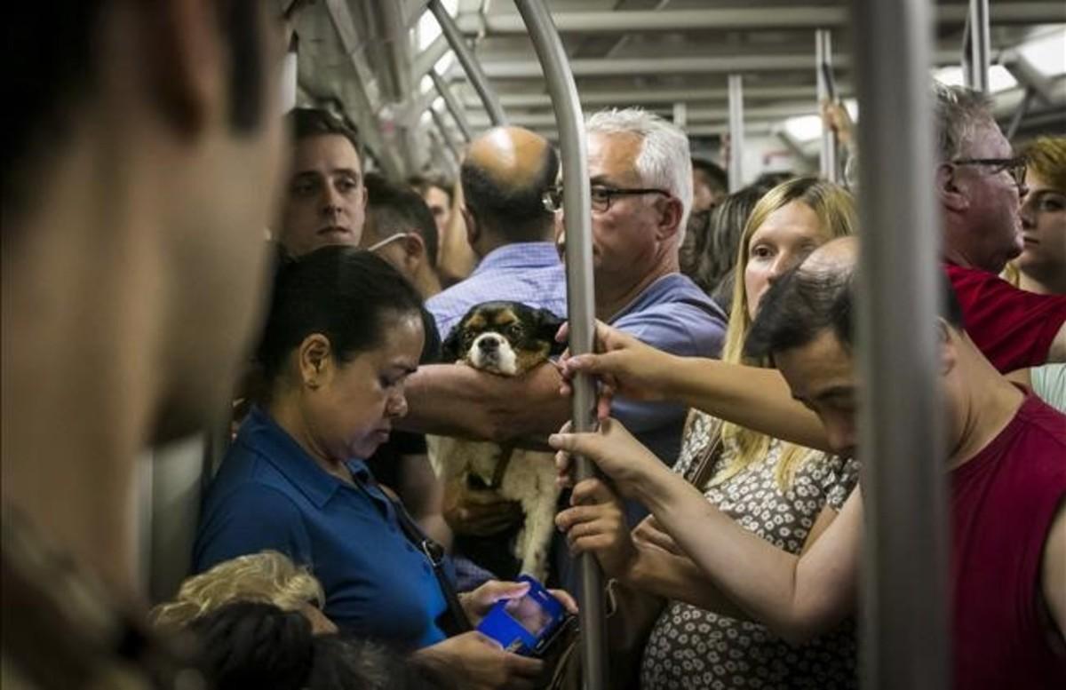 Interior de un tren de la línea 1 de metro, en Barcelona.