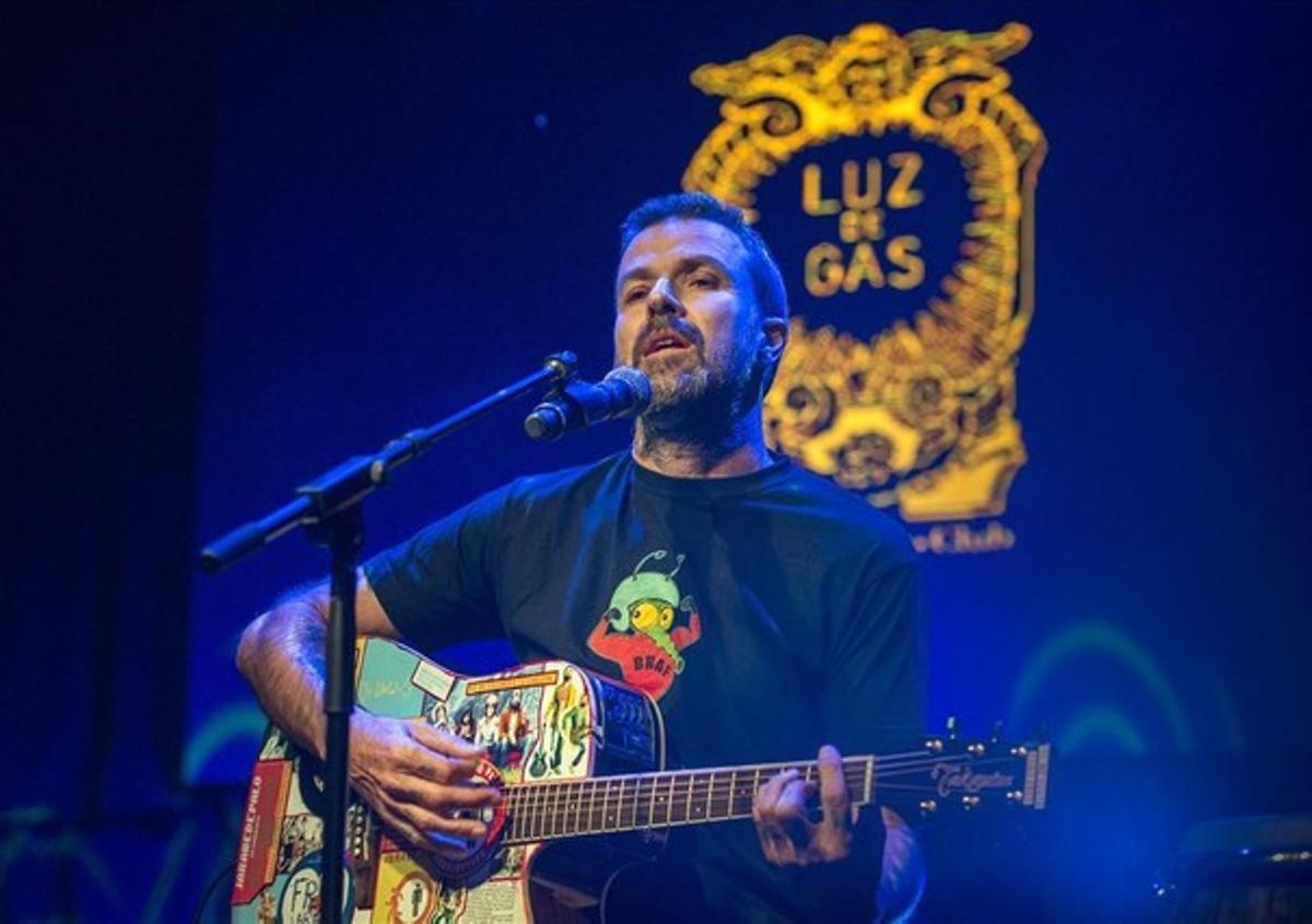 Pau Donés, durante su actuación en una abarrotada Luz de Gas.