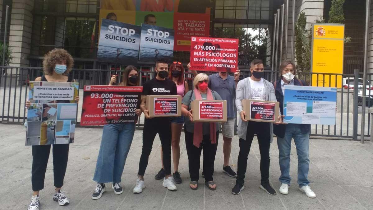 Representantes de la plataforma Stop Suicidios y de asociaciones de ayuda a enfermos mentales han entregado casi un millón de firmas en el Ministerio de Sanidad, antes de participar en la primera manifestación contra el suicidio