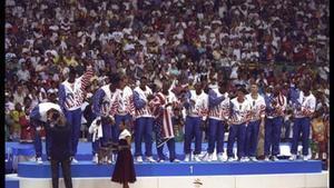 Los integrantes del 'dream team' reciben de Samaranch la medalla de oro.
