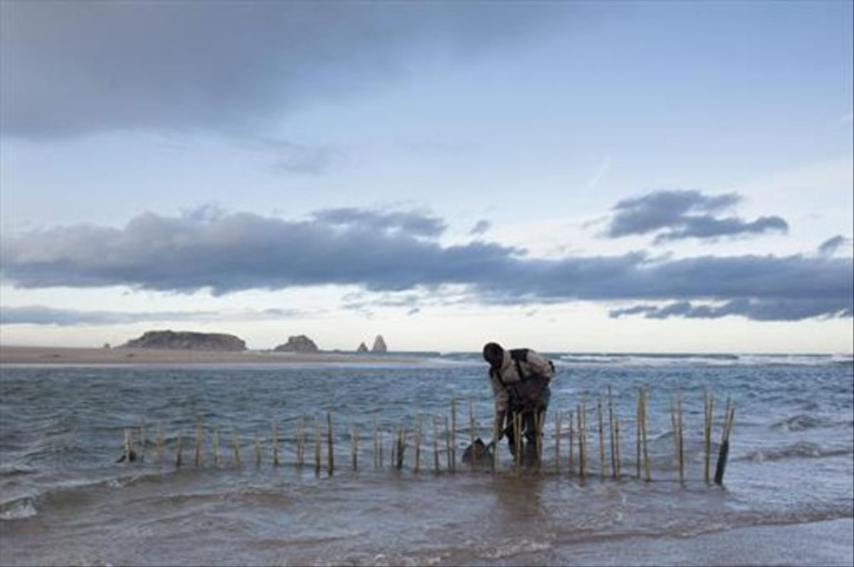 Un hombre pesca en el parque natural del Montgrí, las islas Medes y el Baix Ter, en febrero pasado.