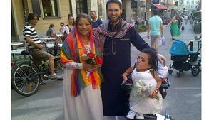 El imán homosexual Ludovic Mpohamed posa con las dos lesbianas iranís tras casarlas en Estocolmo.