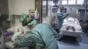 Unidad de cuidados intensivos del Hospital Vall d'Hebron, en Barcelona.