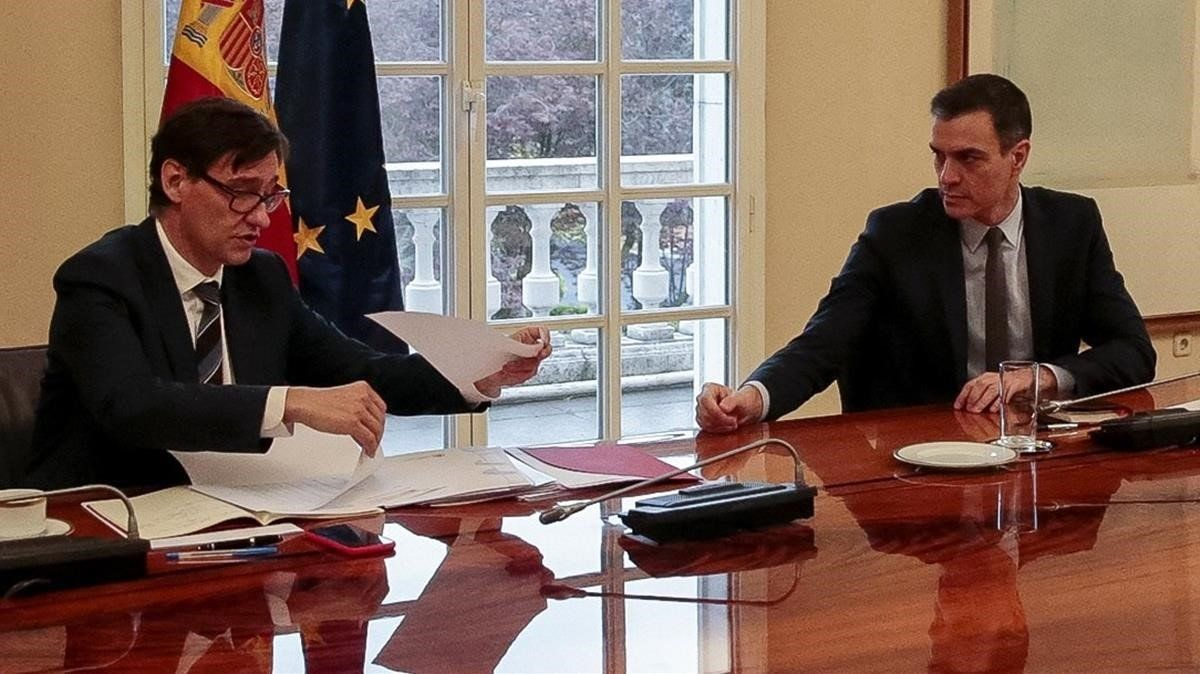 El ministro de Sanidad, Salvador Illa, y el presidente del Gobierno, Pedro Sánchez, en la reunión del comité científico del covid-19, el pasado 21 de marzo.