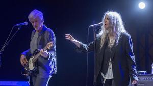 Patti Smith, junto al bajista Tony Shanahan,en el concierto que ha ofrecido este miércolesen el Festival de la Porta Ferrada, en Sant feliu de Guíxols.