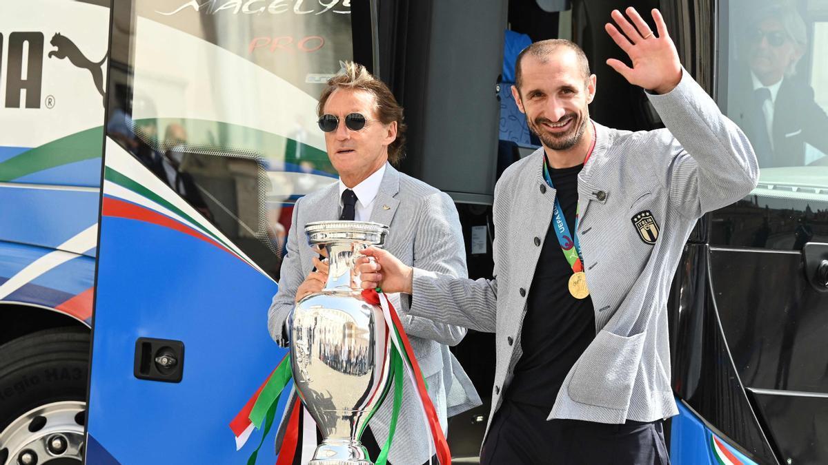 Mancini y Chiellini llevan el trofeo de Italia al palacio del Quirinal, este lunes en Roma.