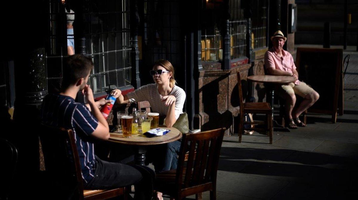 Els pubs i comerços anglesos reobren després de tres mesos tancats