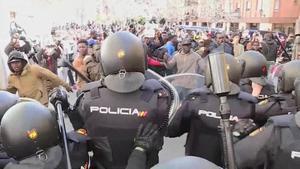 Unes cent persones concentrades a la plaça de Nelson Mandela del barri de Lavapiés, a Madrid, han protagonitzat moments de tensió