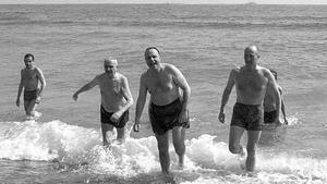 El exministro Manuel Fraga, bañandose en la playa de Palomares en 1966