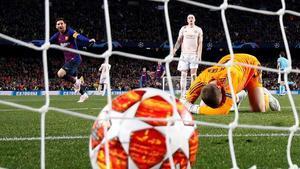 David De Gea abatido tras su error en el segundo gol de Leo Messi.