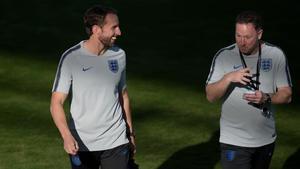 El seleccionador inglés Southgate y su asistente Holland.
