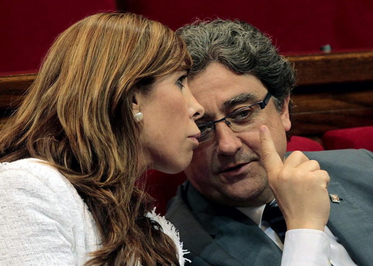 El portavoz del PPC, Enric Millo conversando con la presidenta de su partido, Alicia Sánchez Camacho, durante una la sesión de control al Gobierno catalán.