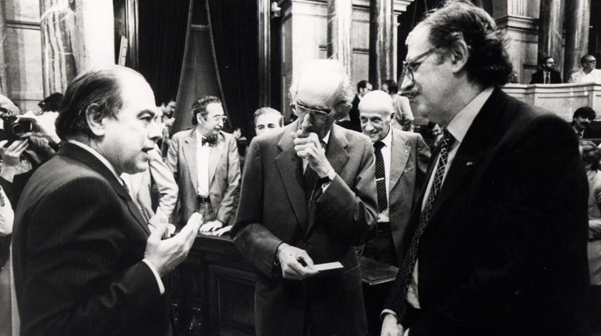 Jordi Pujol conversa con Ramon Trias Fargas en presencia de Josep Benet en el Parlament en1982.