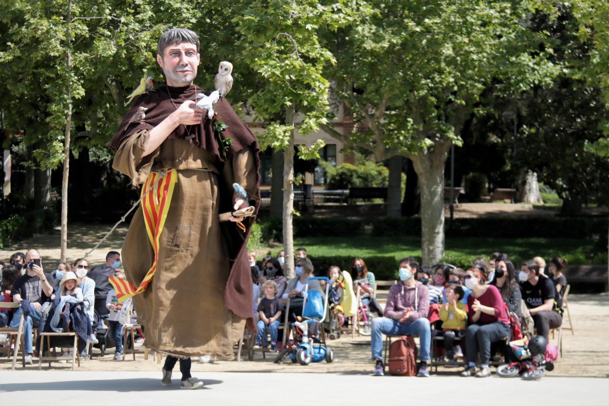 El público sentado sigue el Baile de Gigantes de Mataró, el 24 de abril de 2021.