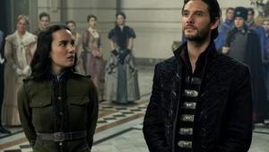 Escena de 'Sombra y Hueso' con los personajes Alina Stark y el general Kirigan