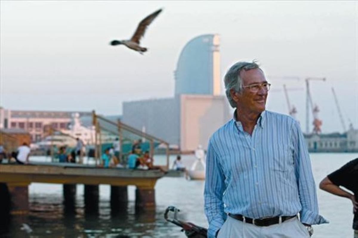 El líder municipal y alcaldable de CiU, Xavier Trias, en el puerto de Barcelona, ayer, recién llegado de Menorca, donde ha pasado sus vacaciones.