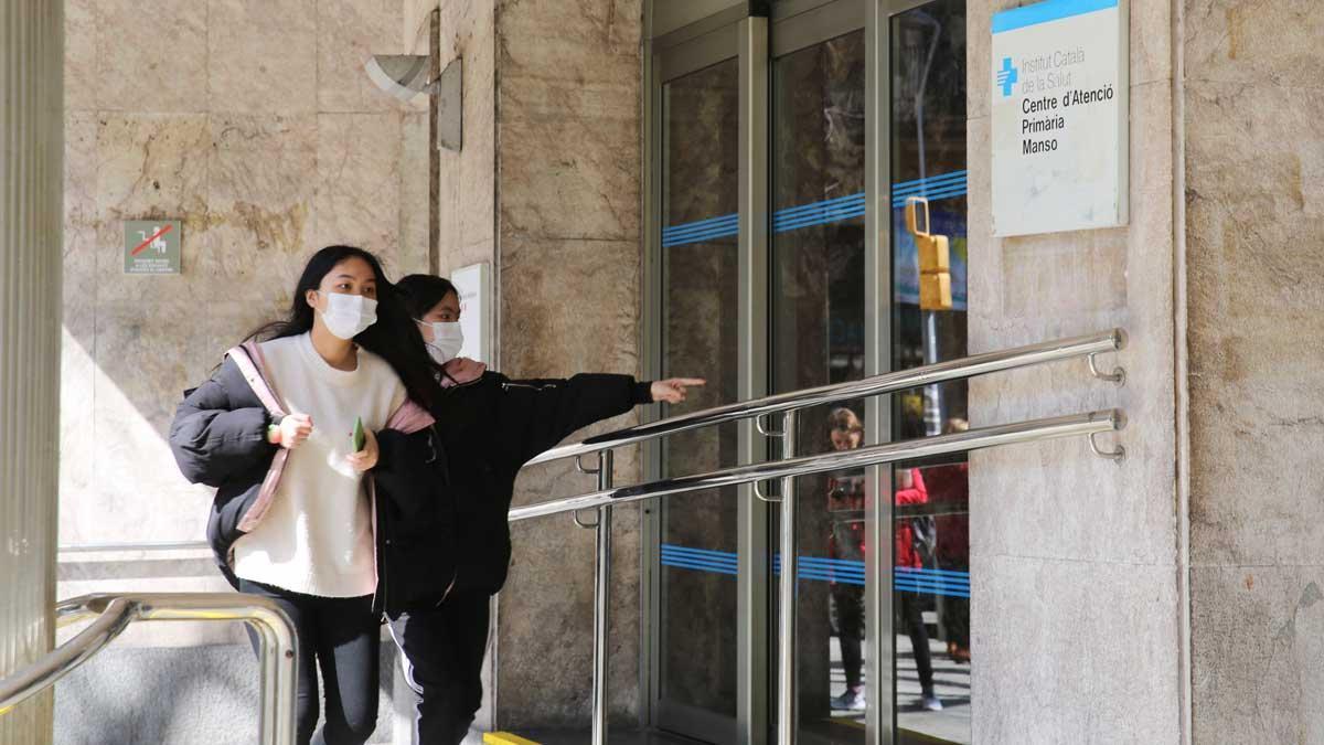 Fernando Simón asegura que las medidas contra el coronavirus están empezando a surgir efecto. En la foto, dos chicas con mascarilla frente al CAP Manso, en Barcelona.