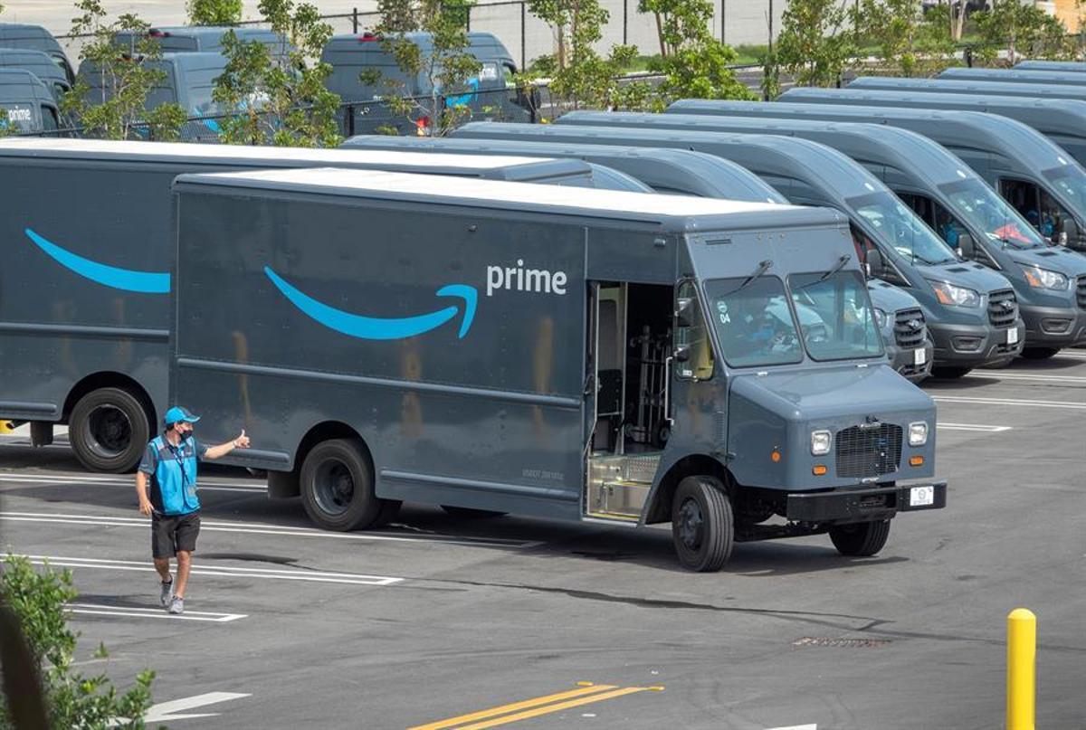 Furgonetas de reparto de Amazon, en uno de sus almacenes en Miami.
