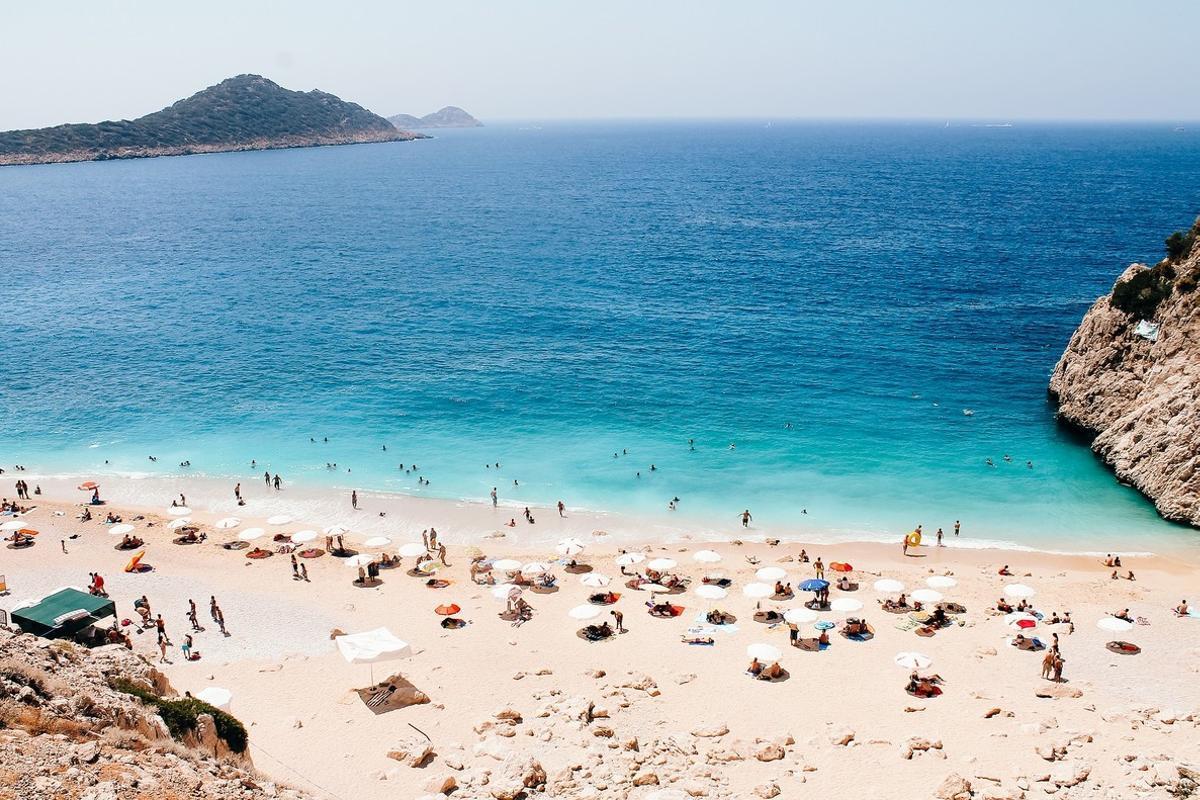 Los turistas toman el sol en una playa canaria.
