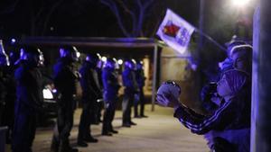Manifestantes de los CDR frente al cordón policial de los Mossos.