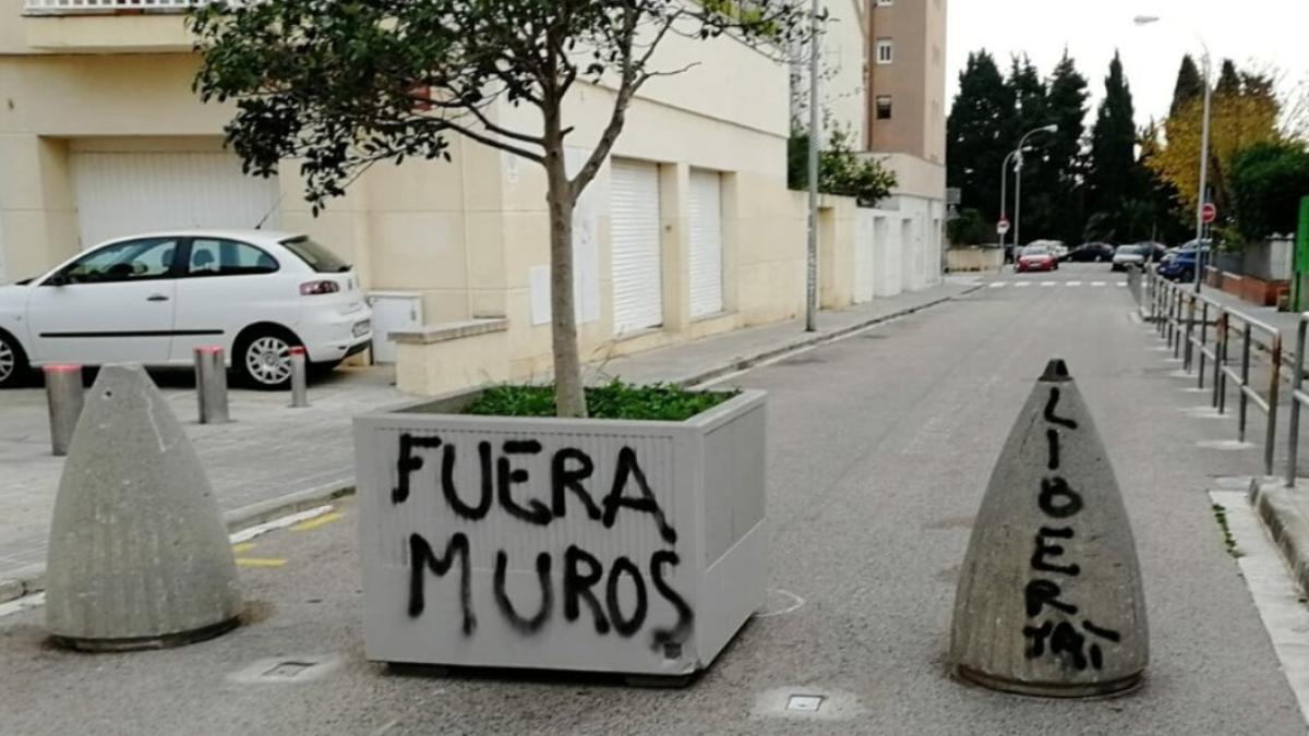 El misteri de les caques de gos i les pintades vandàliques contra un tall de trànsit