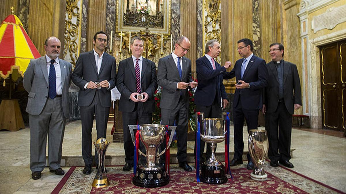 El Barça recupera la tradición de ofrecer los títulos a la Mercè, patrona de la ciudad.