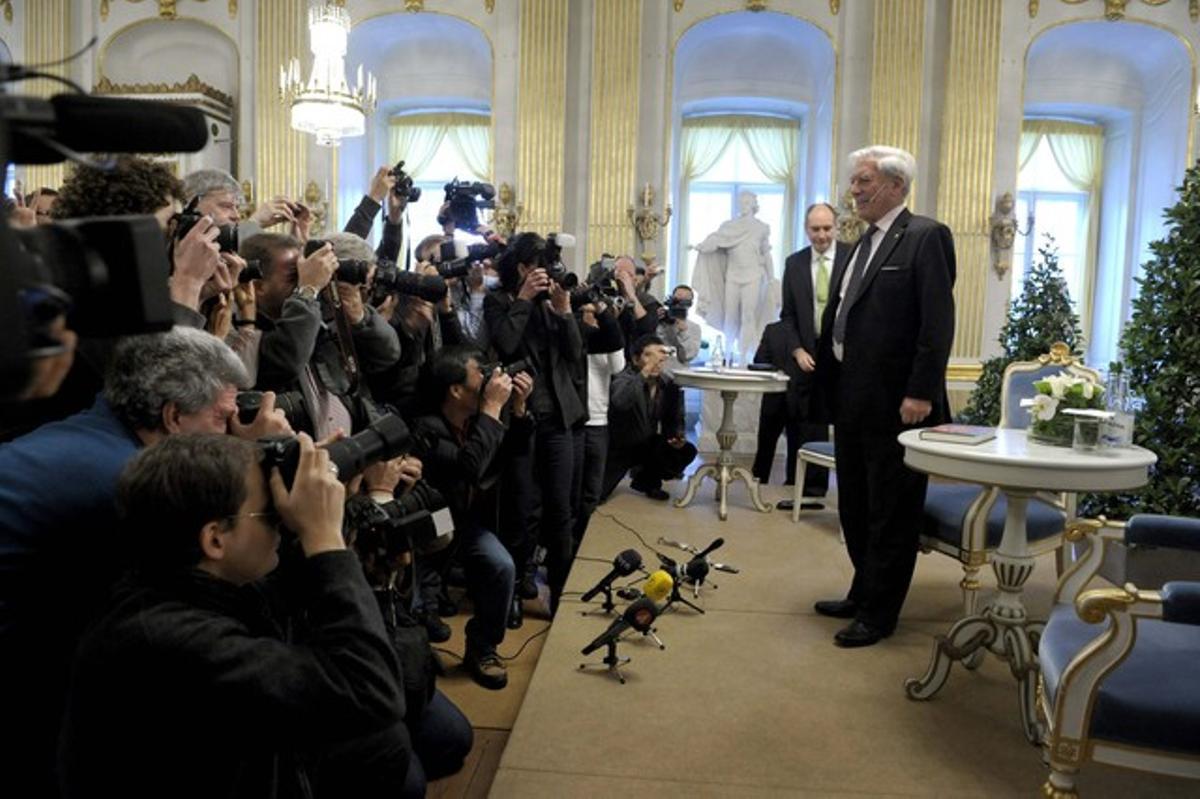 Mario Vargas Llosa ante los periodistas en Estocolmo. antes de su discurso.