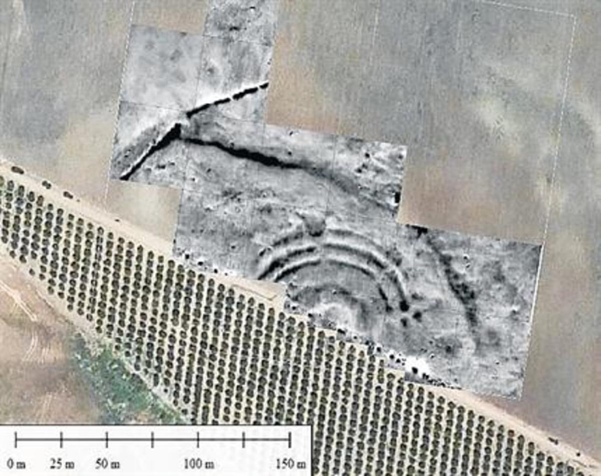 Vista aérea del yacimiento, una parte del cual permanece sepultado por cultivos.