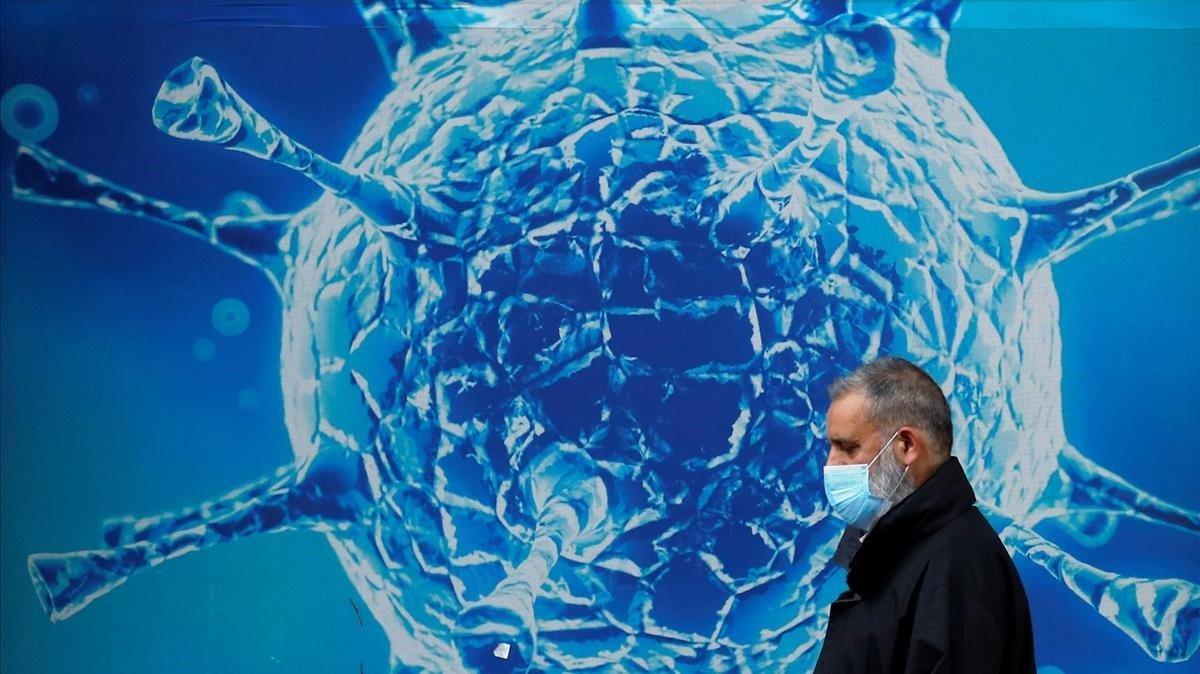 Un ciudadano pasea delante de un centro de investigación de la ciudad de Oldham, en Reino Unido.