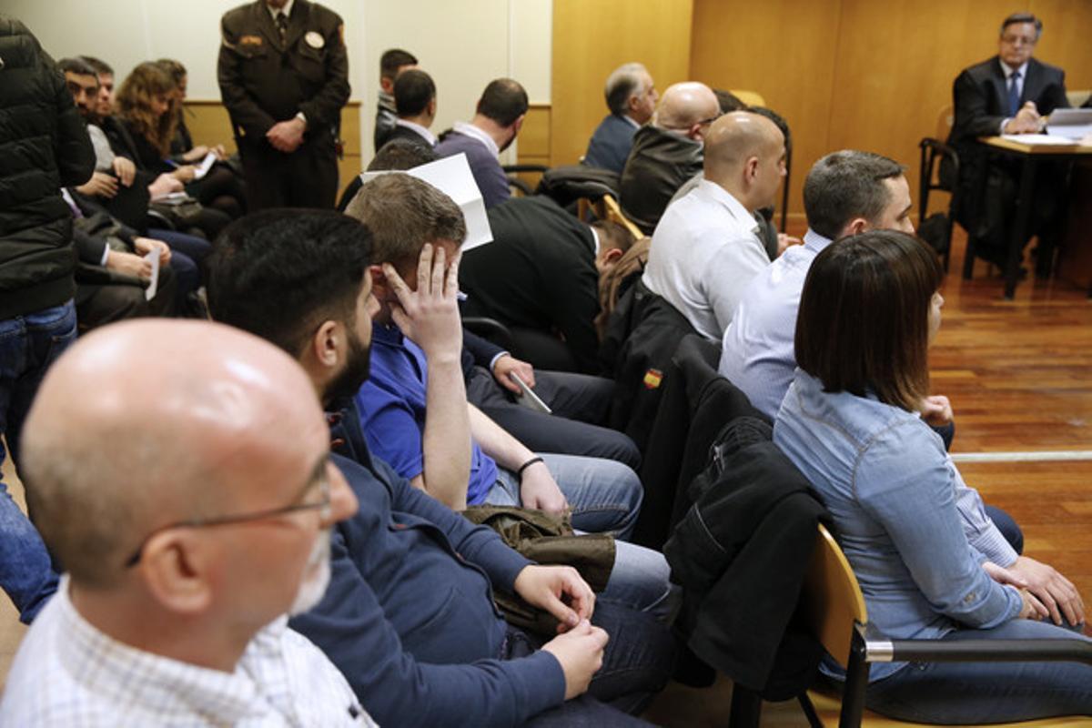 GRA068 MADRID, 18/01/2016.- Los quince ultras que asaltaron el centro cultural Blanquerna de Madrid durante la Diada de 2013, para quienes la Fiscalía pide entre dos y cuatro años de prisión, durante el juicio que se sigue contra ellos en la Audiencia Provincial de Madrid. EFE/MARISCAL
