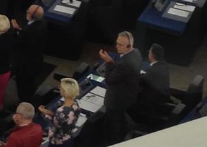 Ramon Tremosa rehúsa levantarse tras el discurso del Rey en el Parlamento Europeo.
