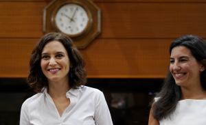 La presidenta de Madrid (i) junto con la portavoz de Vox en la Asamblea de Madrid (i).
