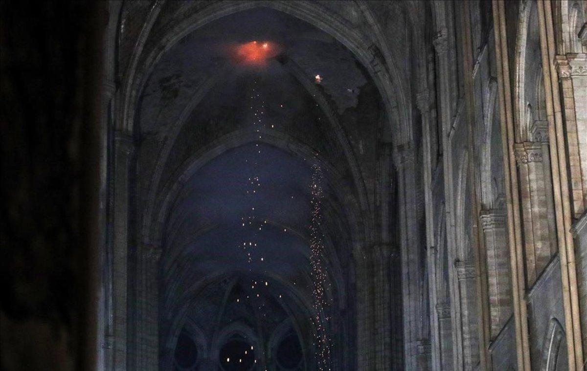 El interior de Notre Dame, tras el incendio.