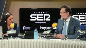 Pepa Bueno entrevista a Mariano Rajoy en 'Hoy por hoy', programa de la cadena SER que se mantiene como el espacio más oído de la radio en el conjunto de España.