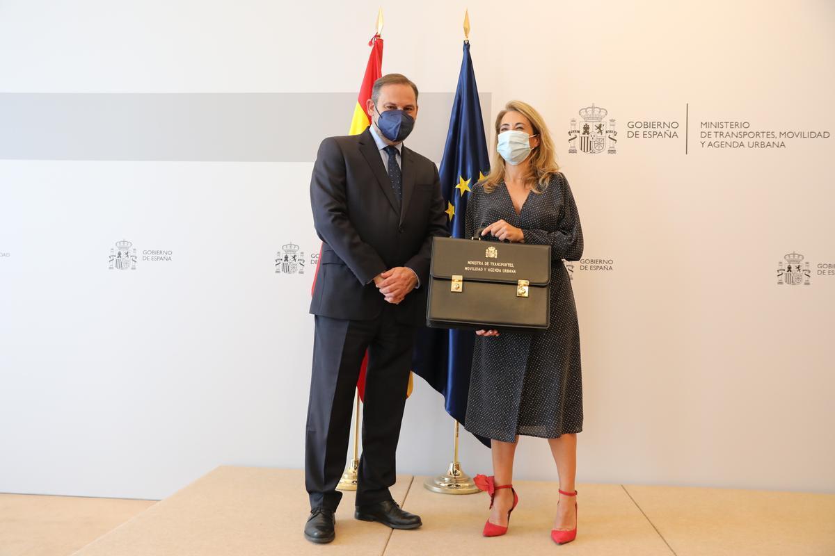 La ministra de Transporte, Movilidad y Agenda Urbana, Raquel Sánchez, recibiendo la cartera de manos de José Luis Ábalos