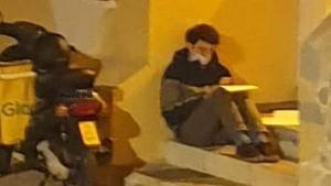 La foto viral de Carlos Alegre: el repartidor que estudia sota un fanal a l'espera de la pròxima comanda