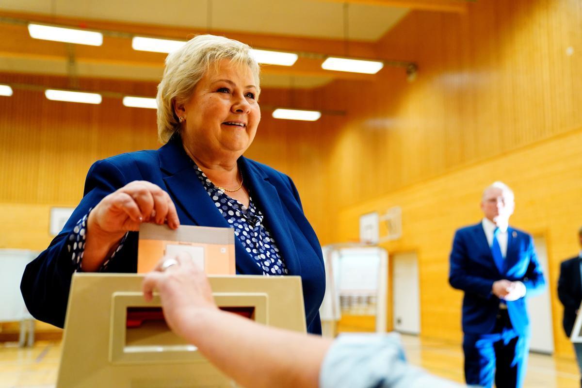 La primera ministra noruega, Erna Solberg, en el momento de votar hoy.