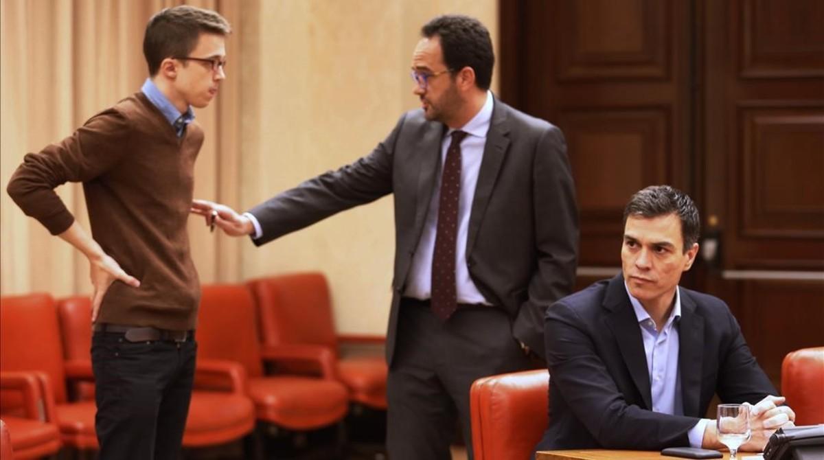 Íñigo Errejón conversa con su homólogo socialista, Antonio Hernando, tras Pedro Sánchez, en la legislatura pasada.