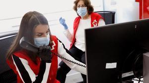La reina Letícia visita la Creu Roja i es posa l'armilla de voluntària