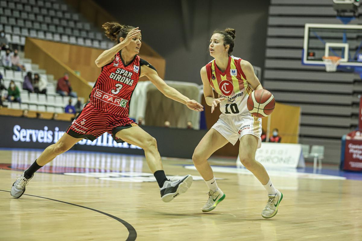 Aina ayuso bota ante Laia Palau, en un reciente partido Uni Girona-Casademont